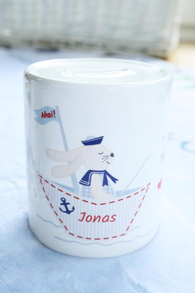 Spardose Hase im Boot aus Keramik, blau, mit Namen